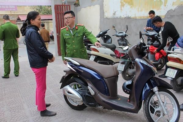 CBCS CAP Minh Khai tuyên truyền hướng dẫn người dân về lợi ích của việc lắp đặt định vị cho xe máy để phòng ngừa tội phạm trộm cắp