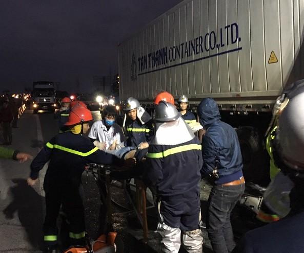 Lực lượng cứu hộ đưa người bị nạn ra khỏi chiếc xe bị tai nạn