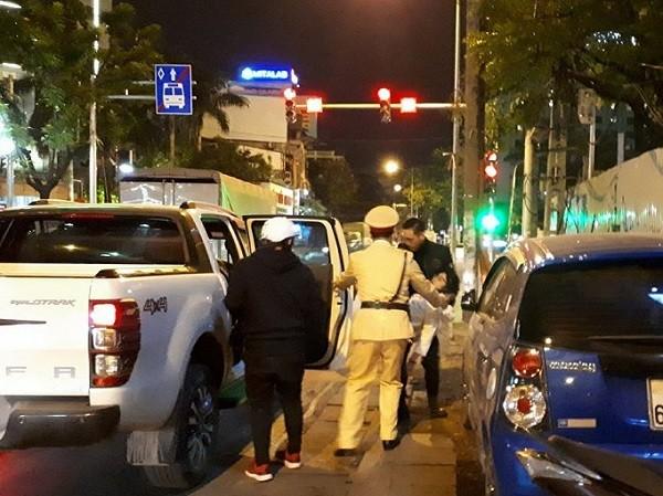Cô gái bất tỉnh giữa đường được CSGT và người dân đưa đi cấp cứu