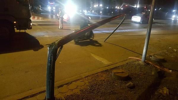 Cột đèn bị chiếc xe bồn kéo gãy chắn ngang đường Phạm Văn Đồng