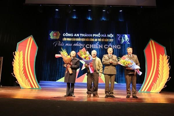 Đại tá Đào Thanh Hải- Phó Giám đốc CATP Hà Nội tặng hoa Ban giám khảo