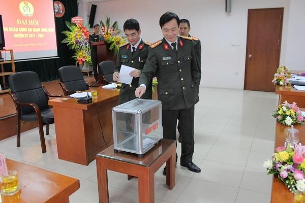 Cán bộ đoàn viên Công đoàn CAQ Long Biên bỏ phiếu bầu BCH Công đoàn nhiệm kỳ mới