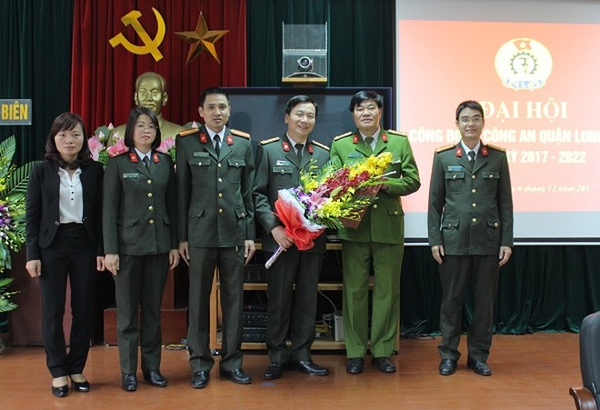 Đại tá Vũ Văn Hùng, Trưởng CAQ Long Biên tặng hoa chúc mừng BCH Công đoàn CAQ nhiệm kỳ 2017-2022