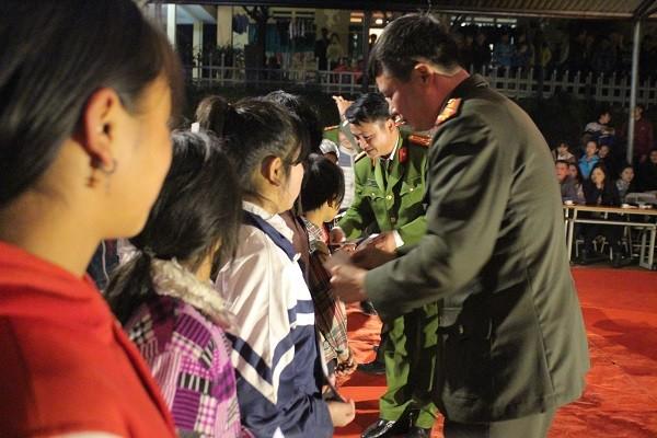 Các phần thưởng được trao tận tay các em học sinh nghèo vượt khó, học giỏi