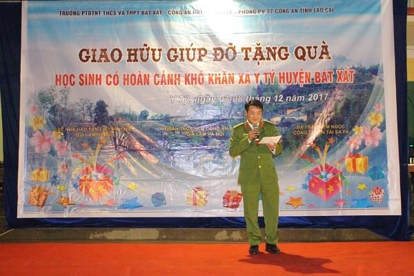 Thượng tá Nguyễn Văn Đệ- Phó trưởng CAH Gia Lâm phát biểu chia sẻ với các em học sinh ở xã Y Tý