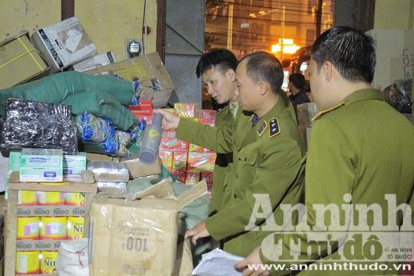 Lực lượng QLTT Hà Nội thu giữ số lượng lớn nguyên liệu trà sữa không rõ nguồn gốc
