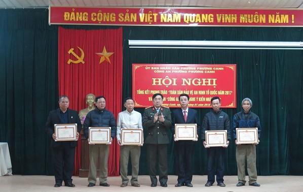 Các tập thể cá nhân được khen thưởng vì có thành tích xuất sắc trong phong trào Toàn dân bảo vệ an ninh Tổ quốc