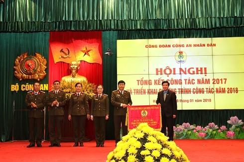 Ông Bùi Văn Cường- Chủ tịch Tổng liên đoàn Lao động Việt Nam trao cờ đơn vị xuất sắc cho Công đoàn CAND