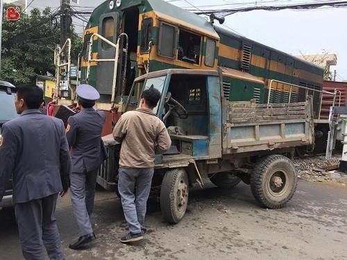 Chiếc xe công nông không có cửa nên tài xế đã nhảy ra ngoài thoát thân