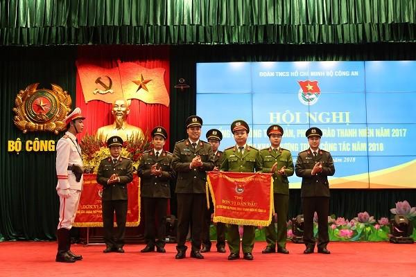 Đoàn Thanh niên Bộ Công an trao cờ Đơn vị dẫn đầu cho tuổi trẻ Tổng cục Cảnh sát Thi hành án hình sự và Hỗ trợ Tư pháp