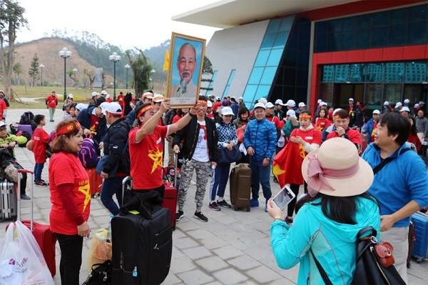 Rất đông người dân đang làm thủ tục sang Trung Quốc cổ vũ cho đội tuyển Việt Nam