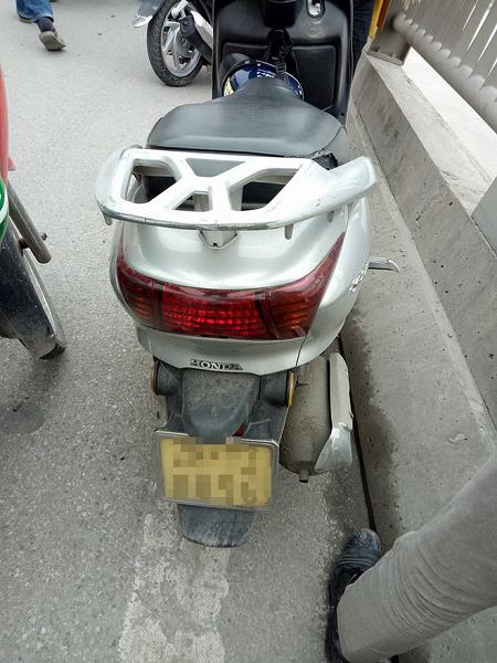 Chiếc xe máy người đàn ông bỏ lại trên cầu