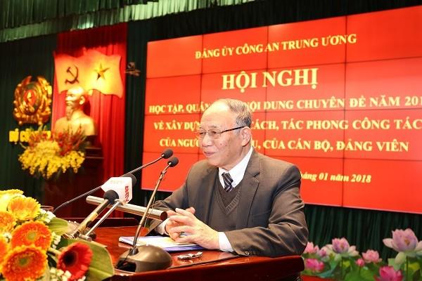 Đồng chí Hoàng Chí Bảo, nguyên Ủy viên Hội đồng lý luận Trung ương, chuyên gia cao cấp Học viện Chính trị quốc gia Hồ Chí Minh trao đổi, thảo luận tại hội ngh