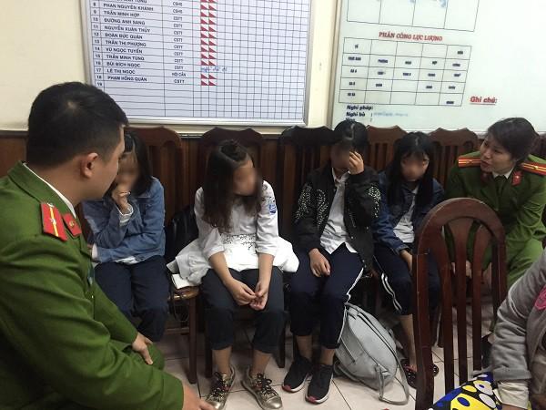 4 bé gái có ý định bỏ nhà đi xa được các chiến sỹ Công an đường sắt ga Hà Nội giúp đỡ trở về với gia đình