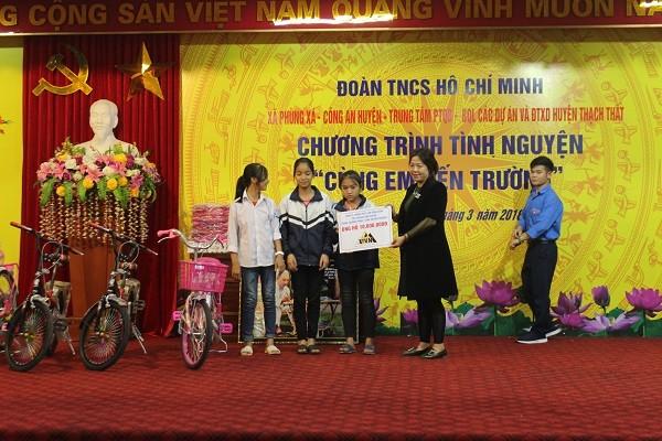 Bà Nguyễn Song Hà, Đại diện công ty phong thủy VNN - nhà tài trợ trao quà cho các em học sinh có hoàn cảnh đặc biệt khó khăn
