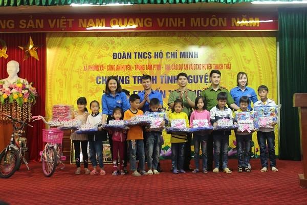 Bí thư đoàn 4 đơn vị trao quà cho các em nhỏ ở xã Yên Bình