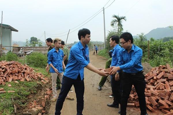 Đoàn viên thanh niên các đơn vị hỗ trợ trường Mầm non Yên Bình dọn dẹp cảnh quan khu vực quanh trường học