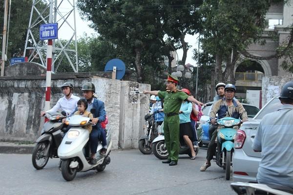 Tổ công tác CAP Phúc Xá chống ùn tắc giao thông tại cửa khẩu Tân Ấp
