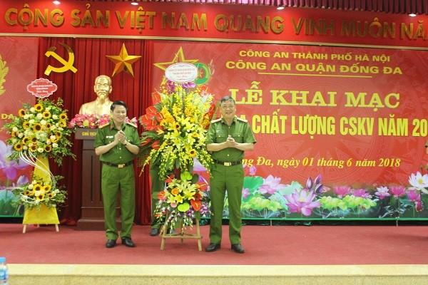 Đại tá Nguyễn Văn Viện tặng hoa chúc mừng CAQ Đống Đa