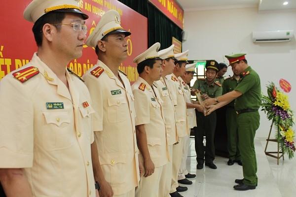 Đại tá Đỗ Đức Quang, Trưởng CAH Hoài Đức trao quyết định thăng cấp bậc hàm cho CBCS