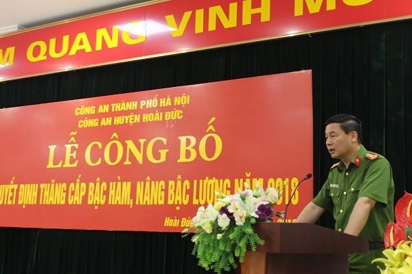 Đại tá Đỗ Đức Quang phát biểu giao nhiệm vụ cho các đồng chí được thăng cấp bậc hàm, nâng bậc lương năm 2018