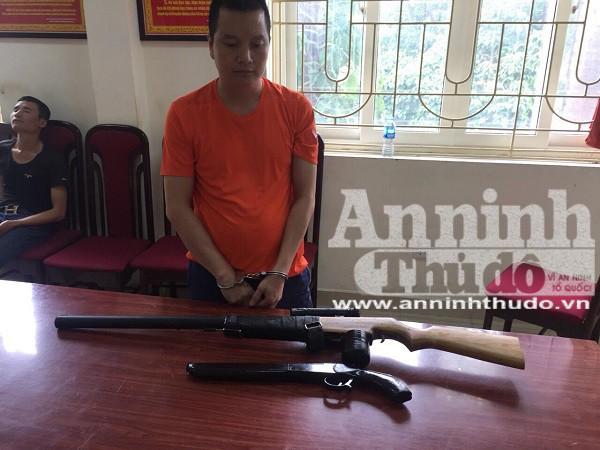 Trần Qúy Bình cùng 2 khẩu súng tự chế