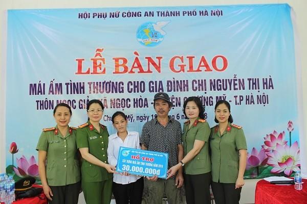Ban chấp hành Hội phụ nữ CATP Hà Nội trao tặng số tiền 30 triệu đồng cho gia đình chị Hà