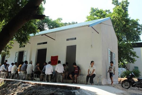 Bà con làng xóm đến chúc mừng gia đình chị Hà có được ngôi nhà mới khang trang