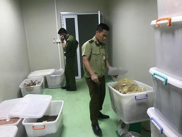Các thùng nhựa dùng để chứa nguyên liệu sản xuất mỹ phẩm