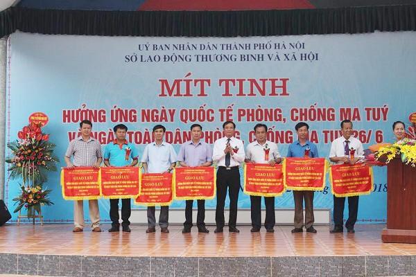 Ông Khuất Văn Thành, Giám đốc Sở Lao động thương binh và xã hội Hà Nội trao cờ cho các đơn vị