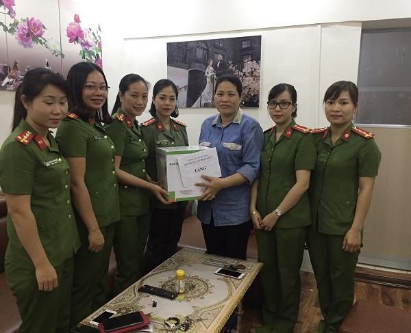 Hội phụ nữ CATP và Hội Phụ nữ Cụm thi đua số 2 trao quà cho hội viên Nguyễn Thị Thu Phương