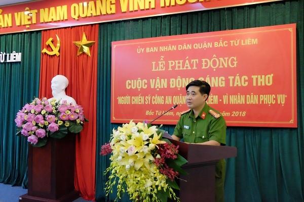 Thượng tá Lê Đức Hùng, Trưởng CAQ Bắc Từ Liêm, phó trưởng Ban tổ chức tiếp thu các ý kiến đóng góp của các nhà thơ