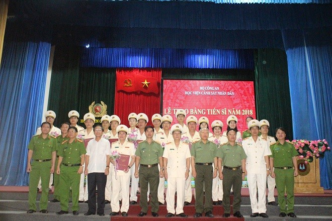 18 tân Tiến sĩ chụp ảnh lưu niệm cùng lãnh đạo Học viện và các đơn vị