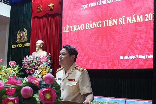 Đại tá Nguyễn Văn Viện, Phó Giám đốc CATP Hà Nội thay mặt các tân Tiến sĩ phát biểu tại buổi lễ