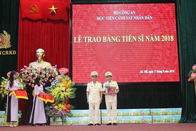 Trung tướng, GS.TS Nguyễn Xuân Yêm trao bằng Tiến sĩ cho Đại tá Nguyễn Văn Viện, Phó Giám đốc CATP Hà Nội