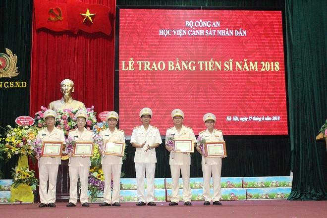 Giám đốc Học viện Cảnh sát nhân dân trao quyết định khen thưởng cho