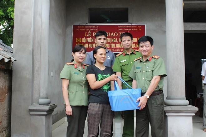 Thượng tá Đào Phương Đông, Phó trưởng CAH Thường Tín trao quà tặng gia đình chị Nga
