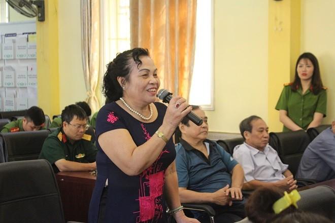 Bà Đặng Thị Tỵ (ở phố Hoè Nhai) đóng góp ý kiến với CAP Nguyễn Trung Trực