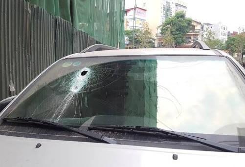 Thanh sắt rơi đâm thủng kính trước của chiếc xe ôtô