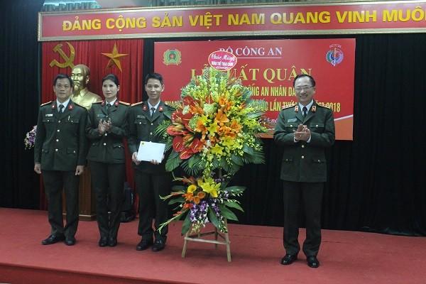 Thượng tướng Nguyễn Văn Thành, Thứ trưởng Bộ Công an tặng hoa chúc mừng Đoàn thể thao CAND