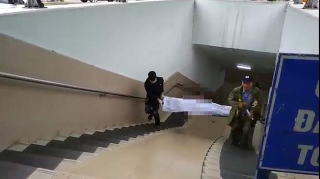 Lực lượng chức năng đưa thi thể người đàn ông ra ngoài (ảnh Thế Đại)