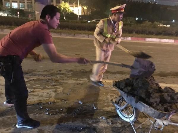 Xử lý xe tải làm rơi bùn đất ra đường khiến nhiều người trượt ngã