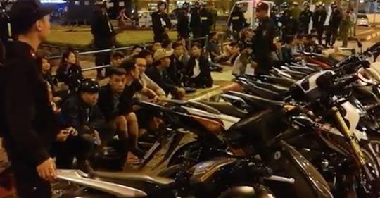 Lực lượng chức năng kiểm tra nhóm thanh niên tụ tập tại ngã tư Xã Đàn- Đại Cồ Việt (Ảnh Phạm Trần)