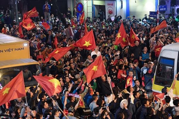 Người dân đổ ra đường ăn mừng chiến thắng