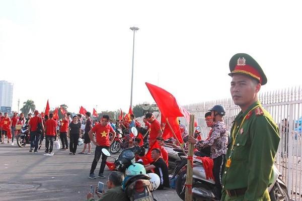 Các chiến sỹ Công an làm nhiệm vụ đảm bảo an ninh trước trận đấu