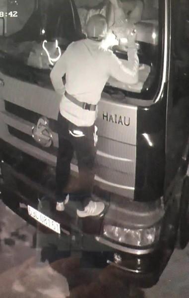Hình ảnh camera ghi lại cảnh đối tượng trộm cắp tài sản trên xe ôtô