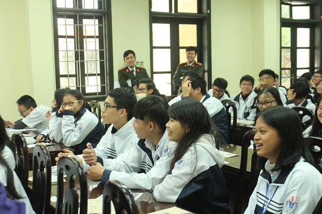 Buổi tuyên truyền nhận được sự quan tâm, chú ý của các em học sinh