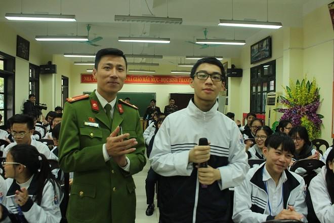 Em Vũ Hoàng Minh (học sinh lớp 10T4) trường THPT Thăng Long giao lưu trả lời câu hỏi của các giảng viên