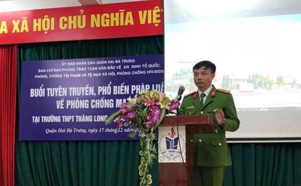 Thượng tá Nguyễn Duy Tuấn, Phó trưởng CAQ Hai Bà Trưng phát biểu khai mạc buổi truyên truyền về ma túy