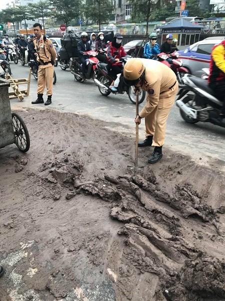 Vệt bùn đất lớn giữa đường khiến các phương tiện lưu thông qua khu vực gặp khó khăn